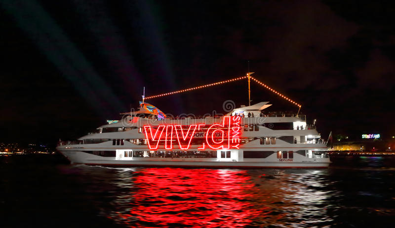 Les bateaux croisent le port pendant Sydney vif image stock