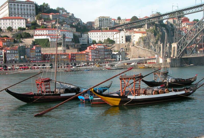 Les bateaux de caractéristiques porte des barils de vin sur la rivière de Douro à Porto image libre de droits