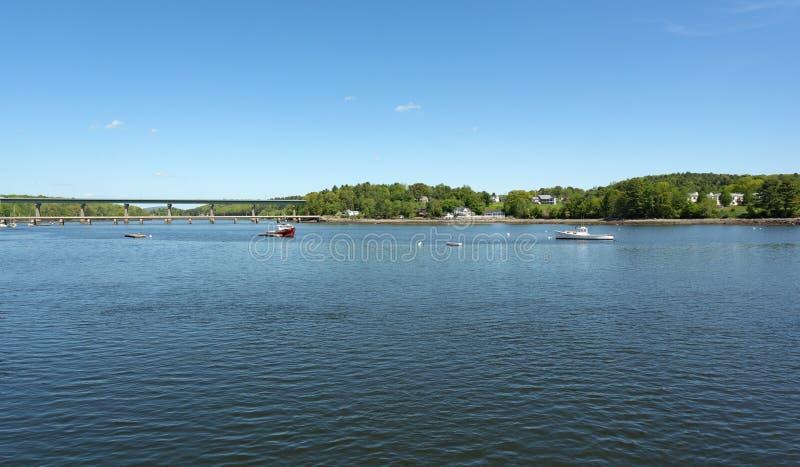 Les bateaux de homard ont amarré au port de Belfast Maine en ressort en retard image stock
