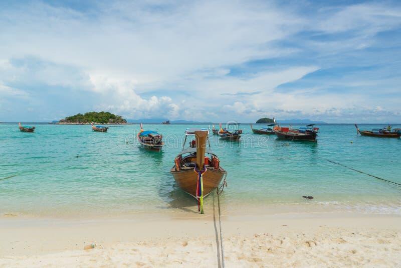 Les bateaux de longue queue ont rayé le long de la plage en île de Koh Lipe en Thaïlande photo libre de droits