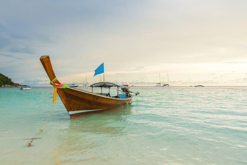 Les bateaux de longue queue ont rayé le long de la plage en île de Koh Lipe en Thaïlande photographie stock libre de droits