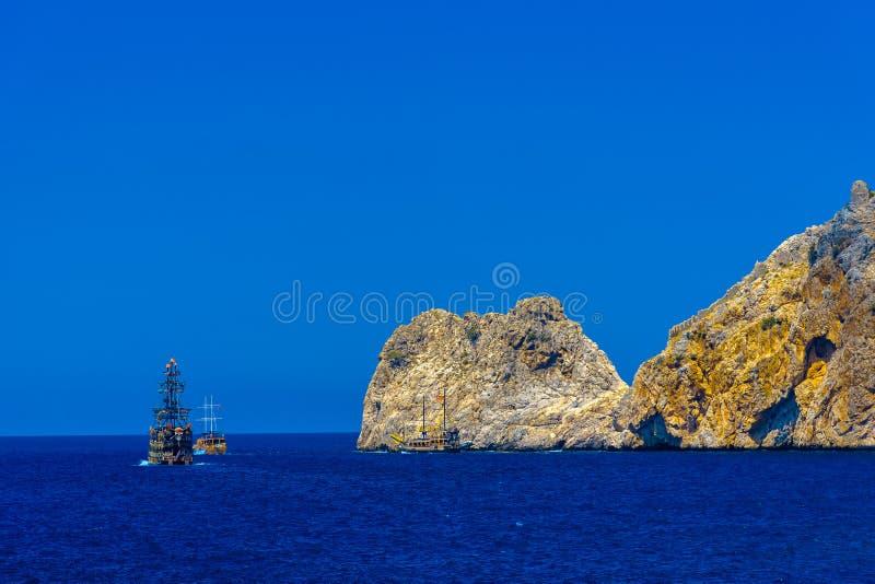 Les bateaux de navigation avec des touristes s'approchent des roches image libre de droits