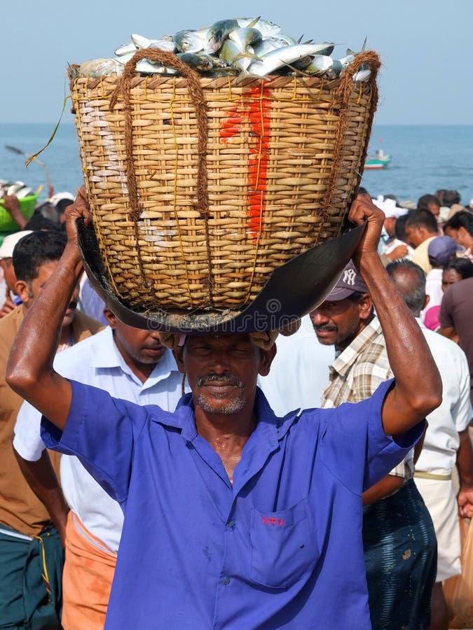 Les bateaux de pêche chez Marari échouent, le Kerala, Inde photographie stock