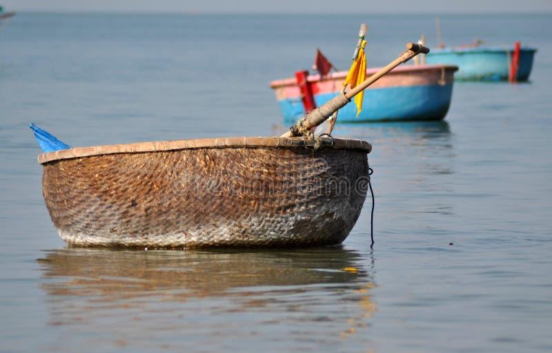 Les bateaux de pêche vietnamiens traditionnels en Ne de Mui mettent en communication, le Vietnam image libre de droits