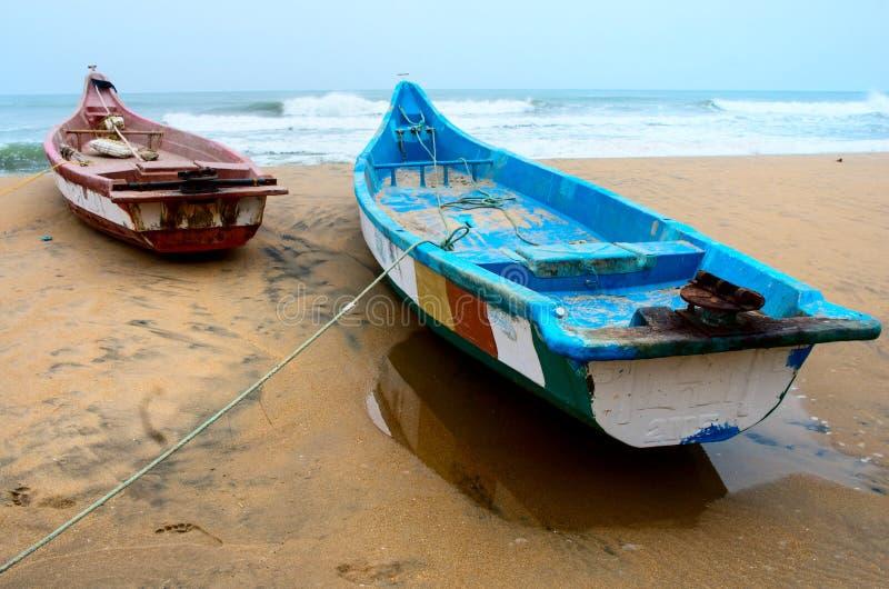 Les bateaux de pêche ont échoué le long de la côte dans Mamallapuram image libre de droits