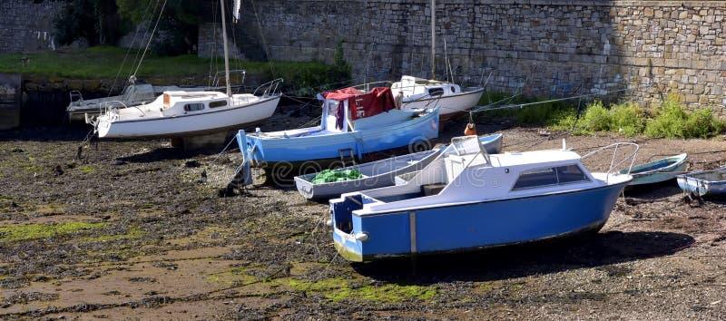 Les bateaux de pêche ont amarré à marée basse dans le port cornouaillais photo stock