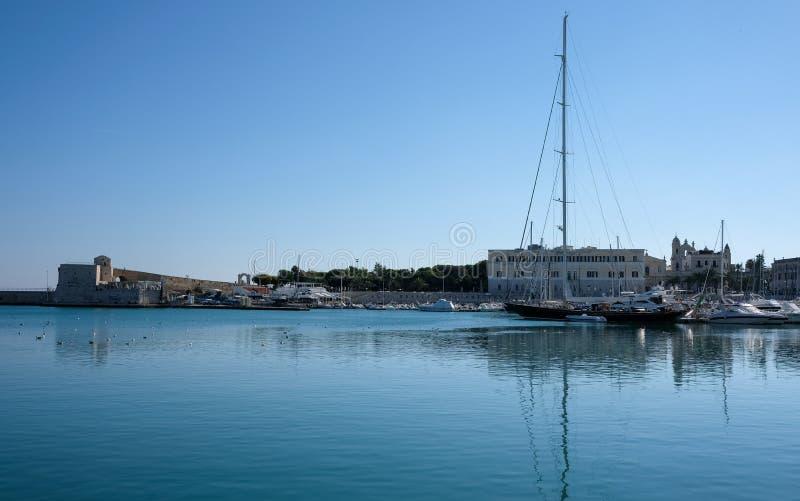 Les bateaux de pêche ont amarré dans le port dans Trani, ville historique en Puglia, Italie du sud Photographié un temps clair en photo libre de droits