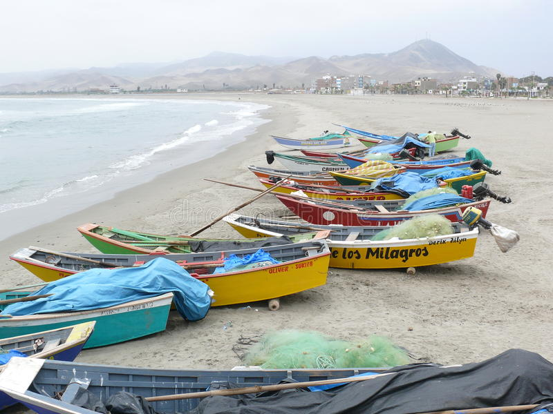 Les bateaux de pêche rustiques à Cerro Azul échouent, au sud de Lima image stock