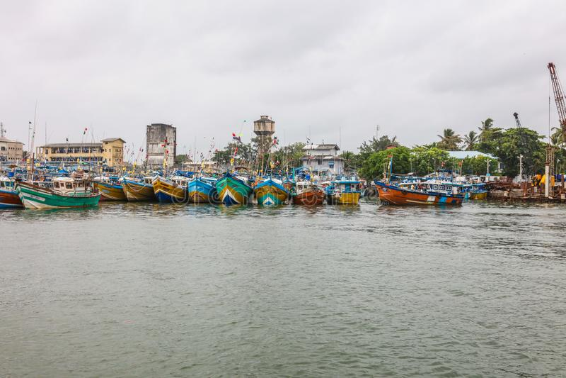 Les bateaux de pêche se tiennent dans le port de Galle, Sri Lanka photos stock