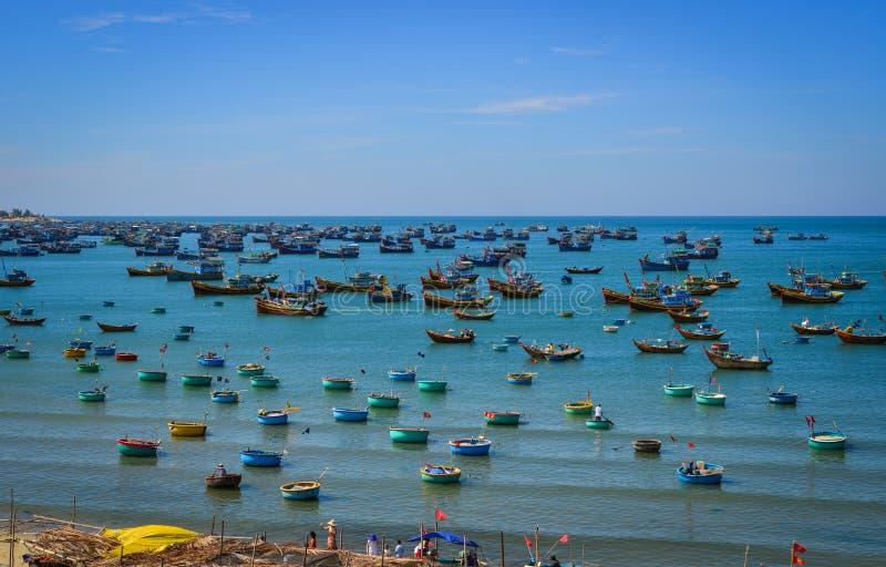 Les bateaux de pêche sur Nha Trang aboient au Vietnam photographie stock libre de droits
