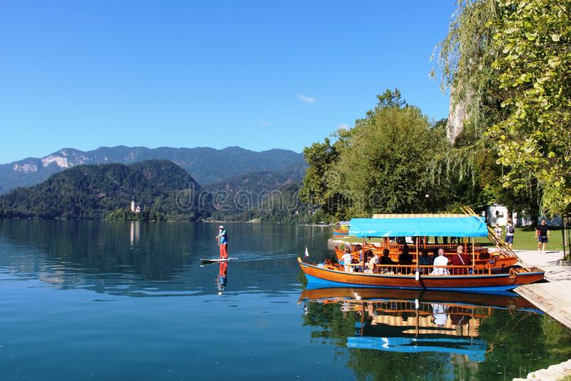 Les bateaux de Pletna et le panneau de palette, lac ont saigné, la Slovénie photo stock