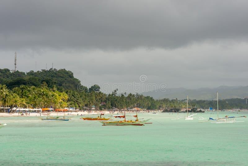 Les bateaux de pompe flottent en mer calme de turquoise images stock