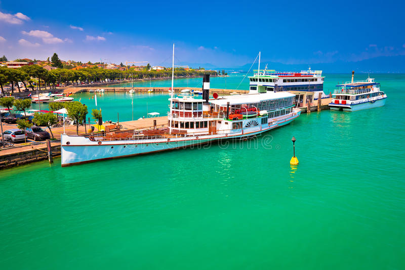 Les bateaux de touristes de Lago di Garda en Peschiera del Garda hébergent images stock