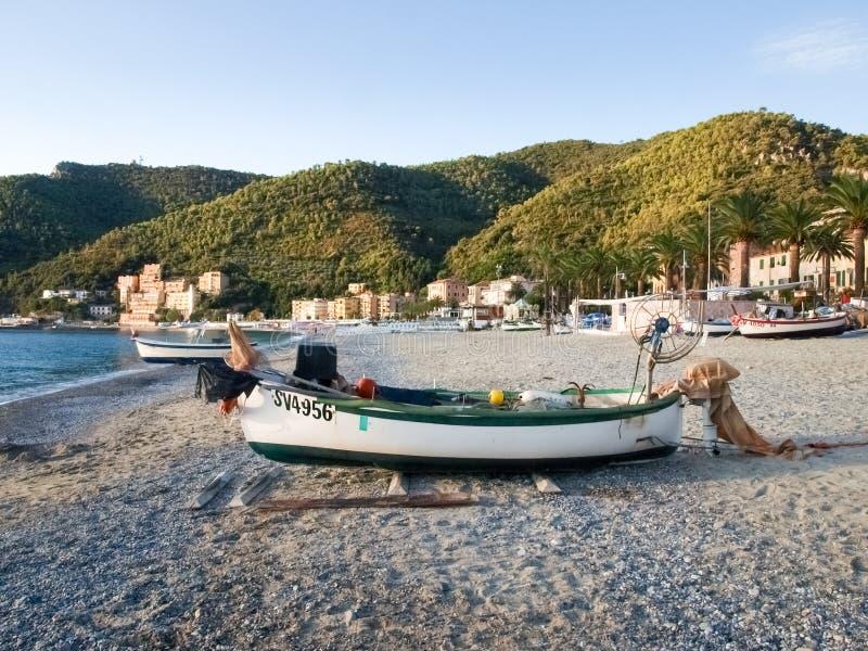 Les bateaux des pêcheurs sur la plage images stock