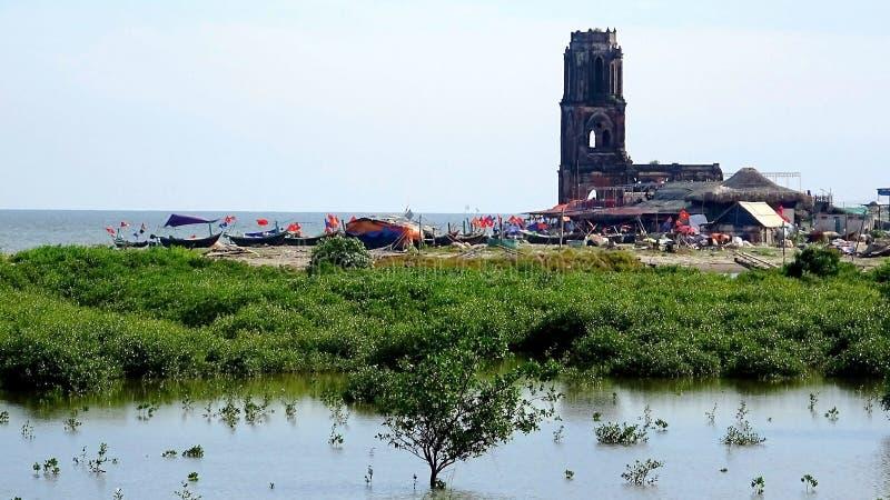 Les bateaux du village de pêche côtier photographie stock libre de droits