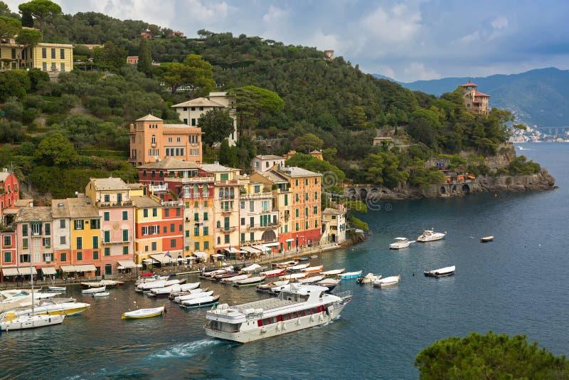 Les bateaux embarque l'amarrage, port de Portofino de départ, la province de Gênes, I photo stock