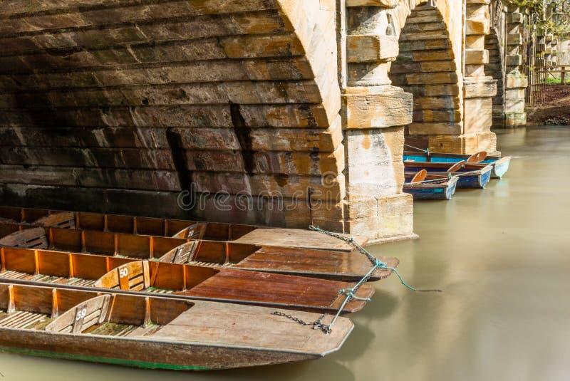 Les bateaux en bois classiques se sont accouplés sur la rivière à Oxford - 8 images stock
