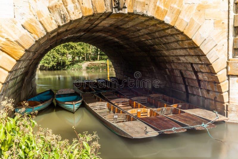 Les bateaux en bois classiques se sont accouplés sur la rivière à Oxford - 7 photo libre de droits