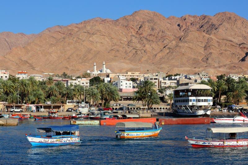 Les bateaux en verre sur la Mer Rouge marchent avec la ville d'Aqaba et des montagnes à l'arrière-plan photo libre de droits