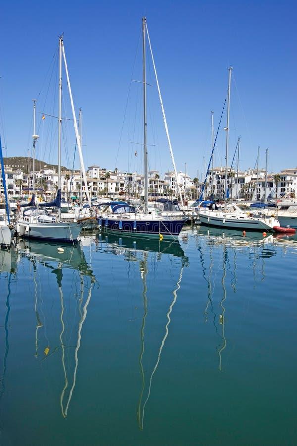 Les bateaux et les yachts de luxe grands ont amarré dans le port de Duquesa en Espagne en fonction photographie stock libre de droits
