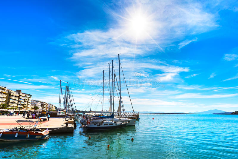 Les bateaux et les yachts de navigation ont amarré dans le port de Volos, Grèce photo libre de droits