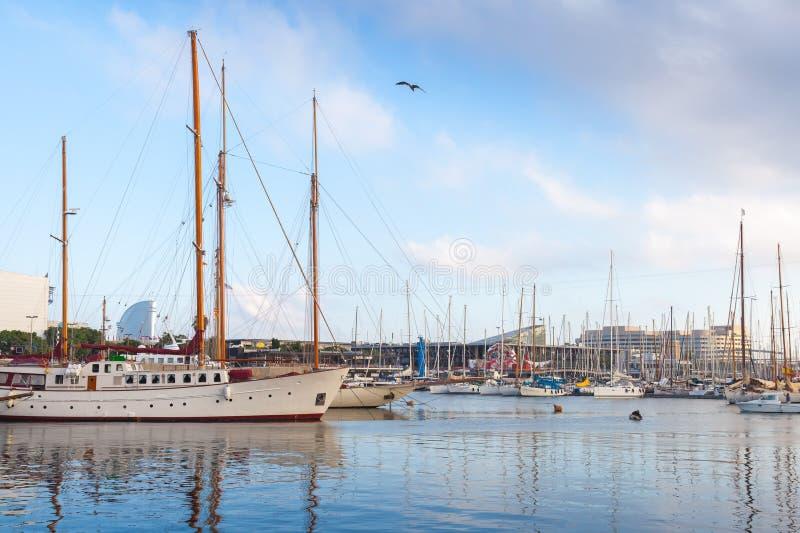 Les bateaux et les yachts de navigation sont dans le port de Barcelone, Espagne photographie stock