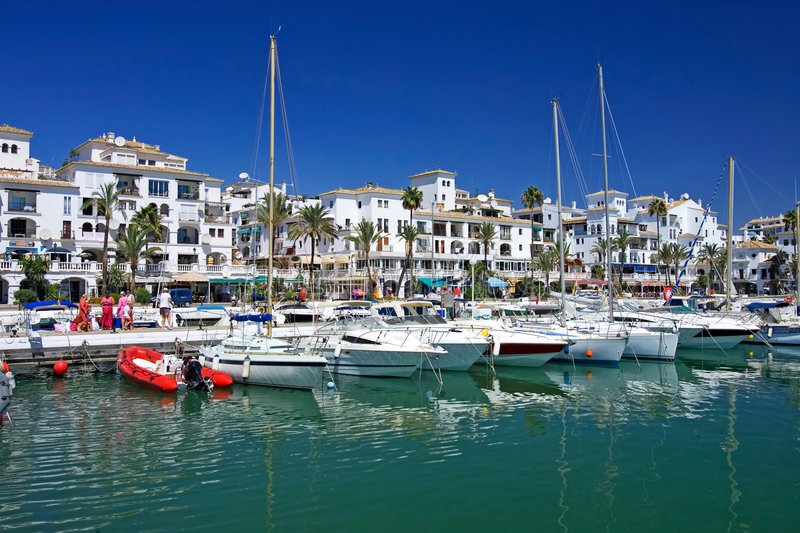 Les bateaux et les yachts ont amarré dans le port de Duquesa en Espagne sur la côte De image libre de droits