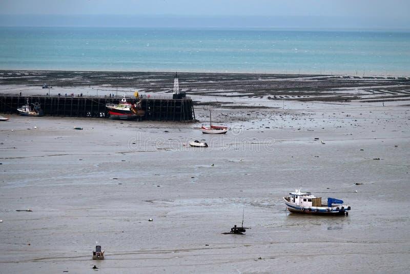 Les bateaux et les oysterbanks de Cancale hébergent dans les Frances image stock