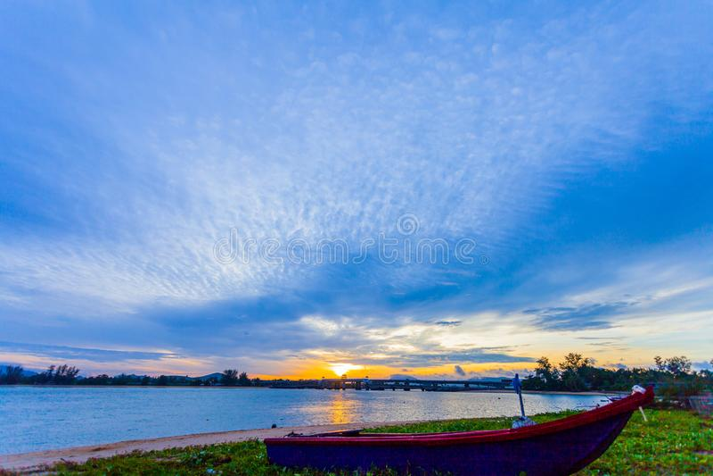 les bateaux ishing se garent sur la plage photos libres de droits