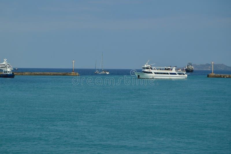 Les bateaux naviguant à l'entrée du canal de Corinthe où ils lient mais ne mélangent pas l'indigo bleu de couleur de la mer Égée  photographie stock