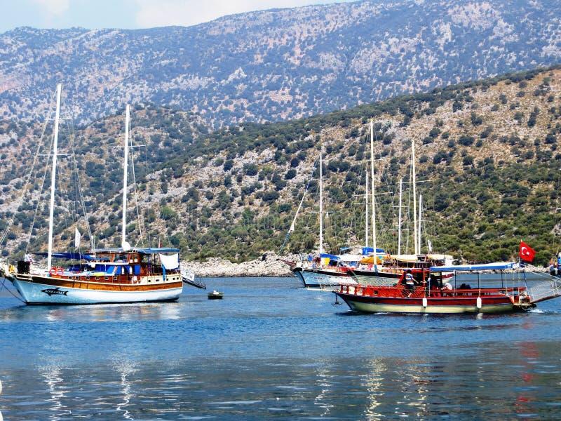 Les bateaux naviguant le capitaine de l'équipe vole au-dessus de l'eau photographie stock libre de droits