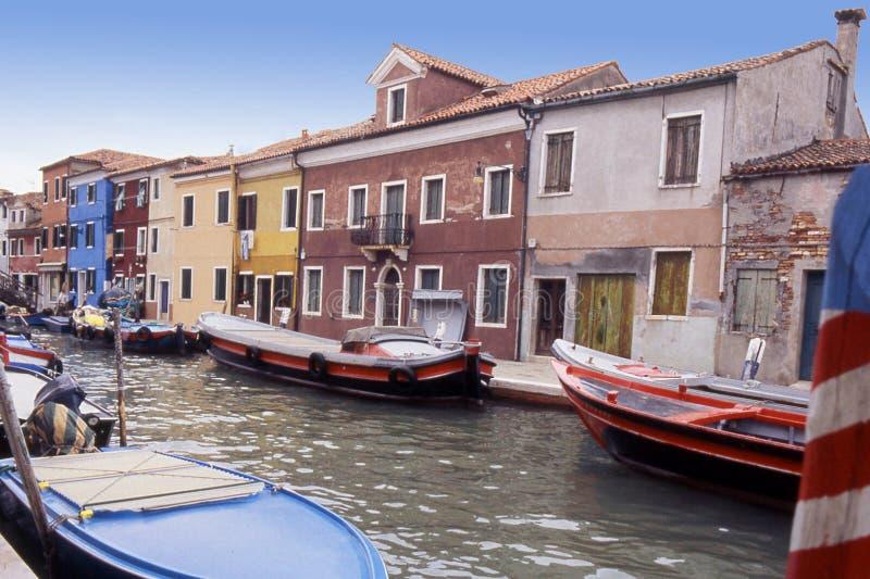 Les bateaux ont amarré dans Burano, Venise - Italie images libres de droits