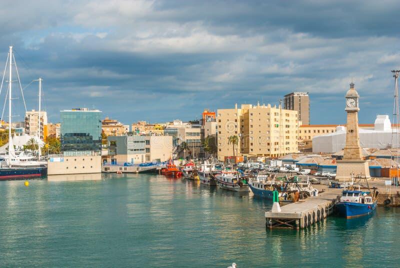 Les bateaux ont amarré dans le port à la marina, port Vell à Barcelone, Espagne photos libres de droits