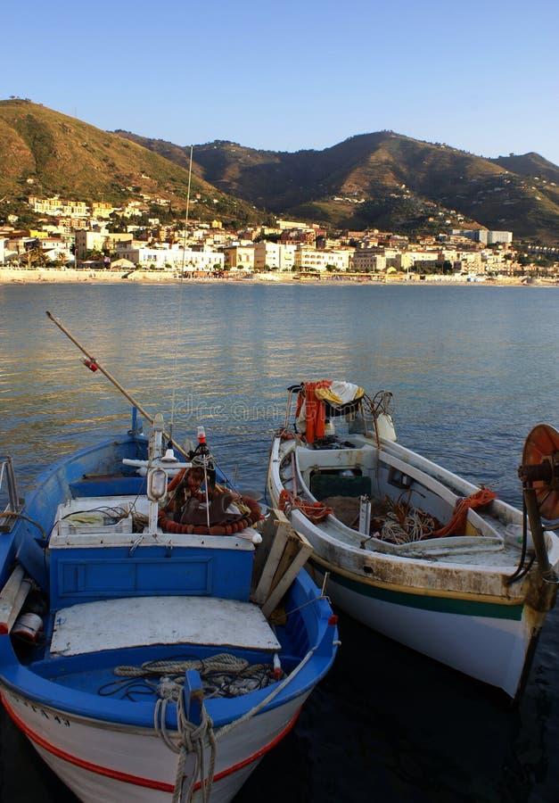 Les bateaux ont amarré dans le port de Cefalu image stock