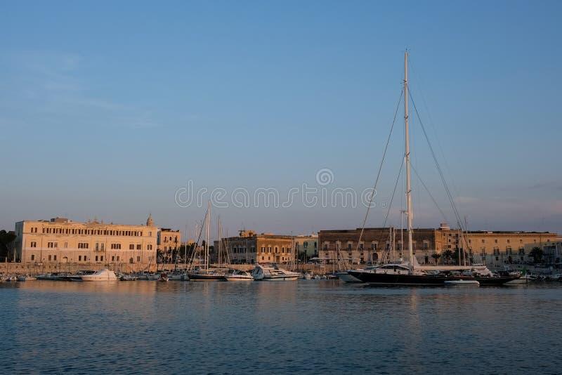 Les bateaux ont amarré dans le port dans Trani, ville historique en Puglia, Italie du sud Photographié un temps clair en automne  photographie stock