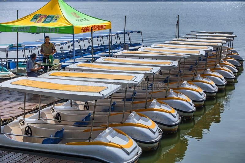 Les bateaux ont amarré sur le rivage du lac Xuanwu images libres de droits