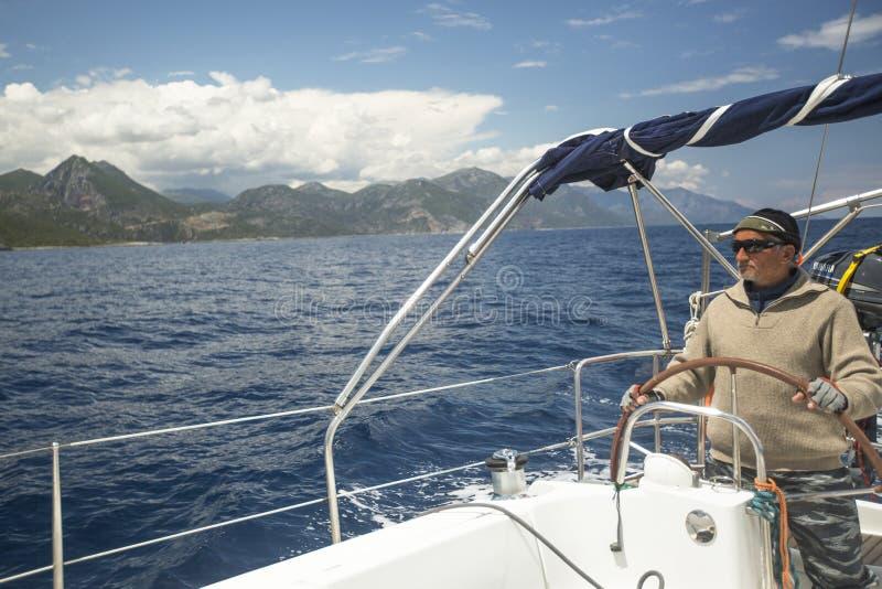 Les bateaux participent à la régate le 11ème Ellada de navigation photos libres de droits