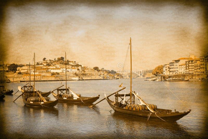 Les bateaux portugais typiques utilisés dans le passé pour transporter le cru célèbre de vin gauche et de rétros effets de photo  image libre de droits