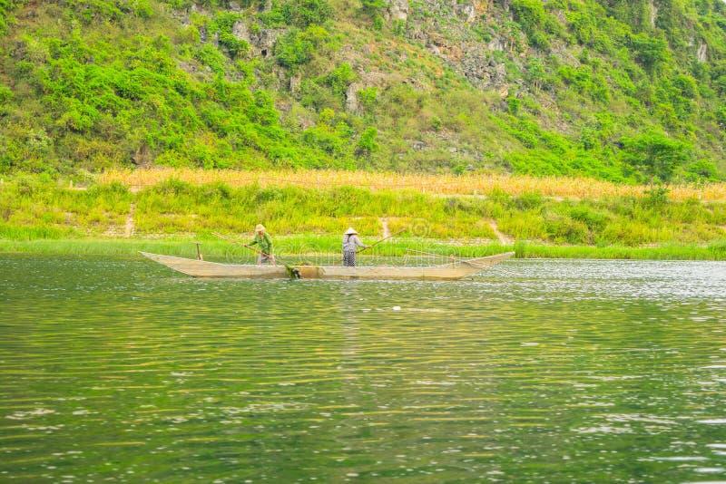 Download Les Bateaux Pour Transporter Des Touristes à Phong Nha Foudroient, Phong Nha - Le KE Frappent Le Parc National, Viet Nam Photo éditorial - Image du horizontal, récipient: 56484606