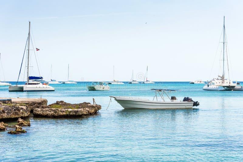 Les bateaux près du rivage à Bayahibe, La Altagracia, République Dominicaine  Copiez l'espace pour le texte images stock