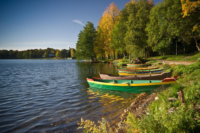 Les bateaux s'approchent du lac images libres de droits