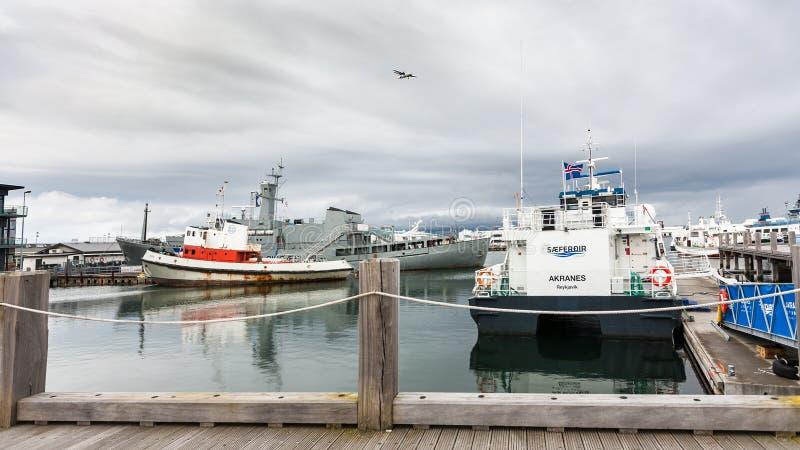 Les bateaux s'approchent du pilier dans le port de ville de Reykjavik photo stock
