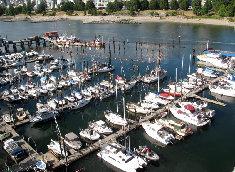 Les bateaux se sont accouplés à un port False Creek Vancouver Bc Canada images libres de droits
