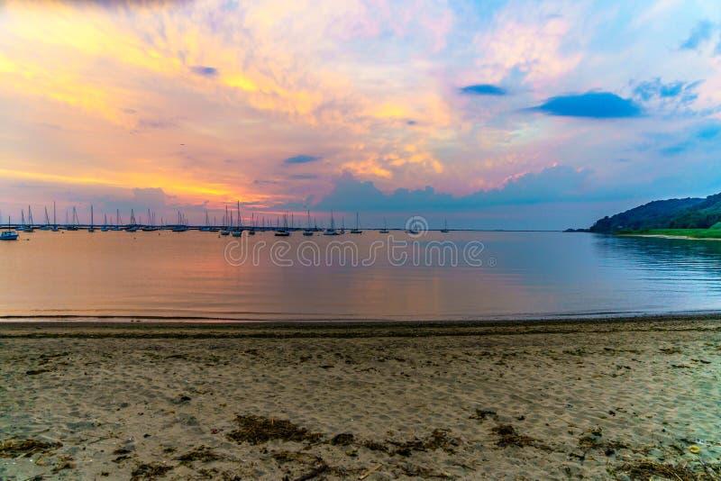 Les bateaux se sont garés à la marina pendant le matin photo stock