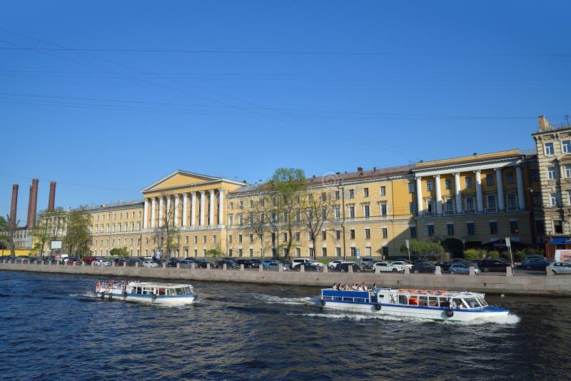 Les bateaux sur la rivière Fontanka et la clinique de la chirurgie ont appelé l'afte photographie stock