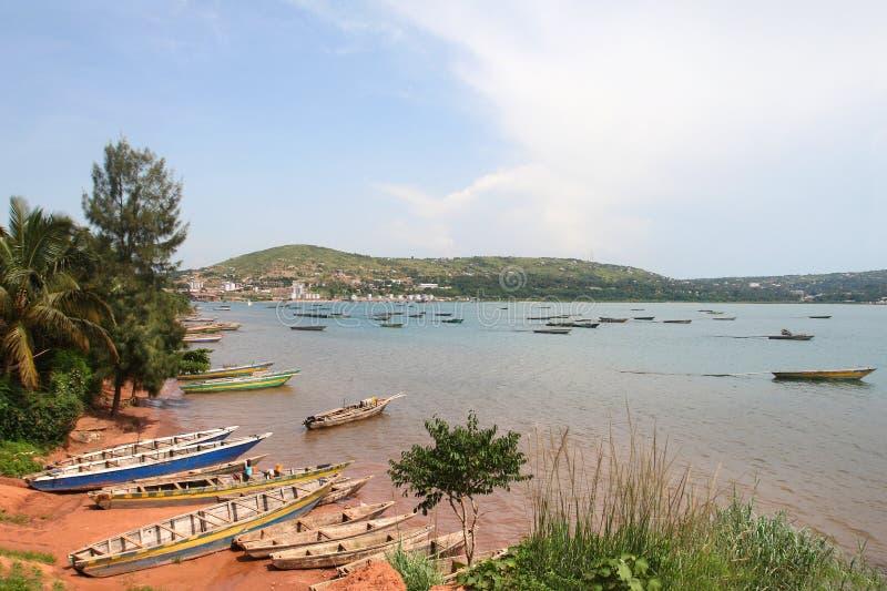 Les bateaux sur le rivage du lac tanganyika dans la ville de Kigoma, Tanzanie photo stock