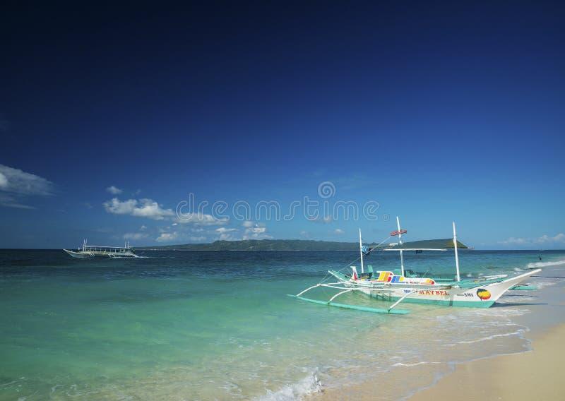 Les bateaux traditionnels sur le puka échouent à boracay Philippines images stock