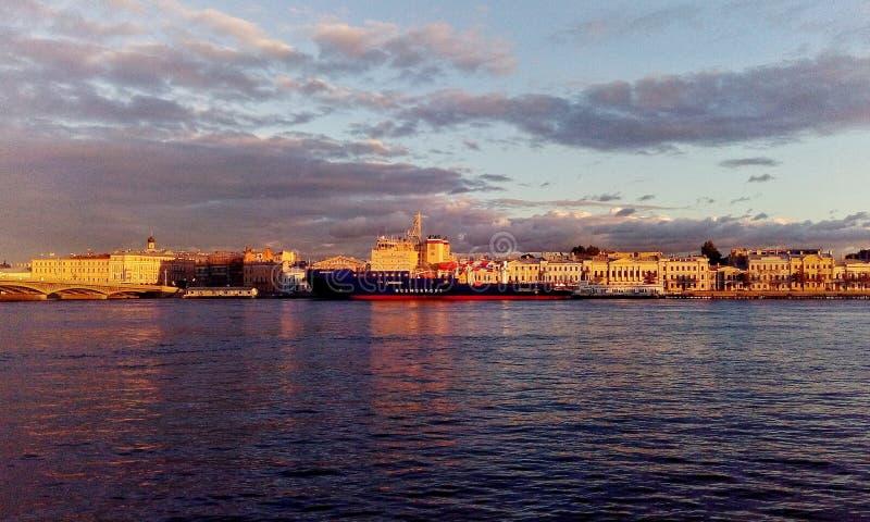 Les bateaux vont au coucher du soleil, saint-Peterburg photographie stock libre de droits