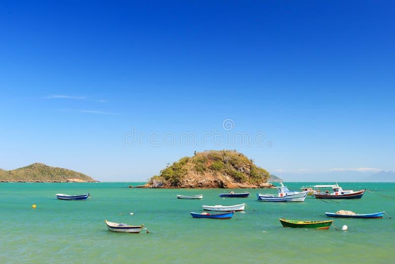 Les bateaux, yachts se déclenchent la mer d'île dans DOS Buzios, Brésil d'Armacao image libre de droits