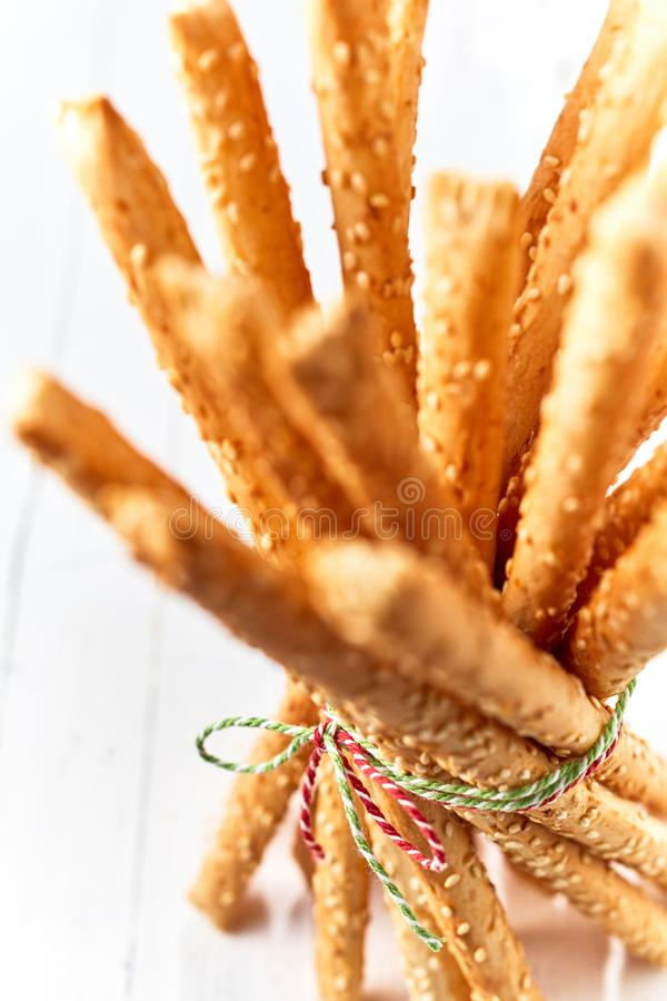Les batons de pain cuits au four et rustiques frais de grissini se ferment  image libre de droits